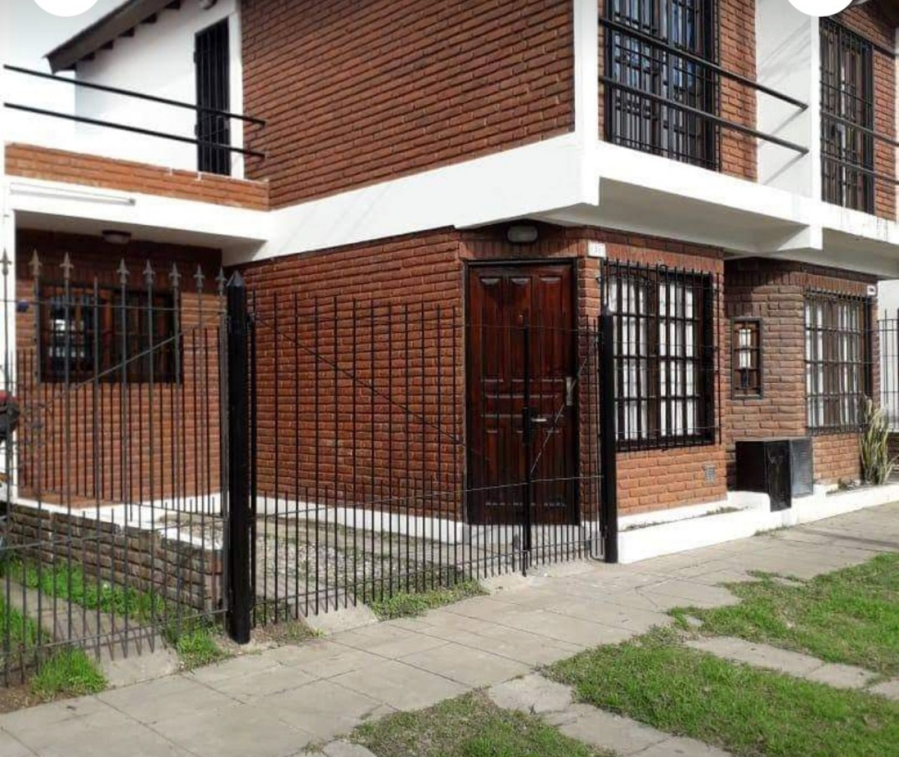 Duplex 3 ambientes con cochera, patio y terrasa.